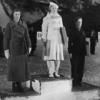 Medalistki olimpijskie w jeździe figurowej na lodzie z igrzysk 1936 roku (fot. domena publiczna).