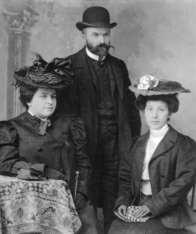 Od lewej Jadwiga z Eysmonttów Kunicka, Józef Piłsudski, Maria z Koplewskich Piłsudska 1904 (fot. domena publiczna)
