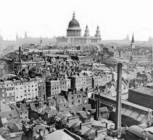 Dzięki Ackroydowi czytelnik śledzi dzieje miasta od czasów rzymskich do współczesnych przez pryzmat dziejów społeczności nieheteronormatywnych.