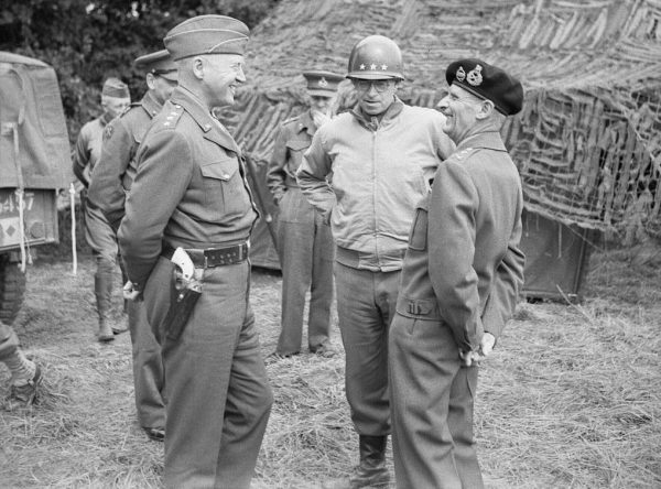 Montgomery (po prawej w berecie) chcąc zrzucić z siebie odpowiedzialność za klęskę oskarżył zupełnie bezpodstawnie polskich spadochroniarzy o tchórzostwo.