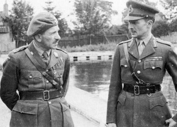 Stanisław Sosabowski w czasie rozmowy z generałem Frederickiem Browningiem.