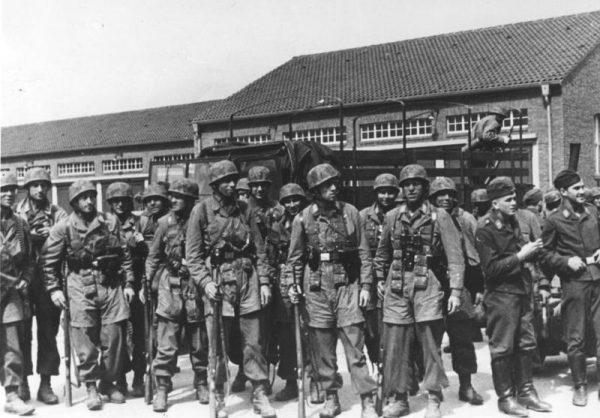Niemieccy strzelcy spadochronowi po zdobyciu Fortu Eben-Emael.
