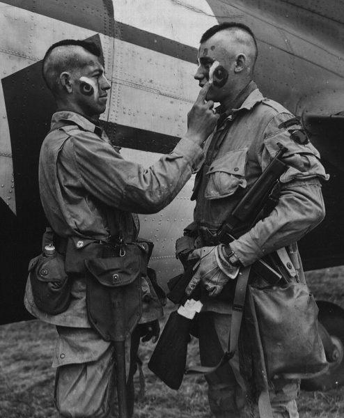 Spadochroniarze z 101 Dywizji Powietrznodesantowej przygotowują się do skoku nad Normandią. Anglia, czerwiec 1944 roku.
