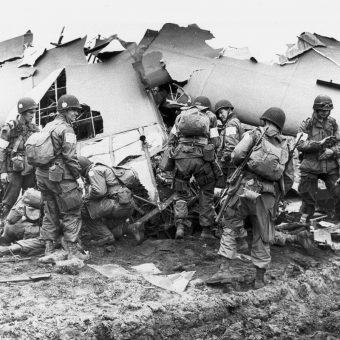 Dlaczego operacja Market Garden zakończyła się porażką? Na zdjęciu amerykańscy spadochroniarze ze 101 Dywizji Powietrznodesantowej.