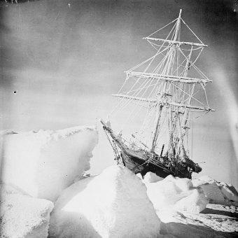 """Statek """"Endurance"""" uwięziony w lodzie (fot. domena publiczna)"""