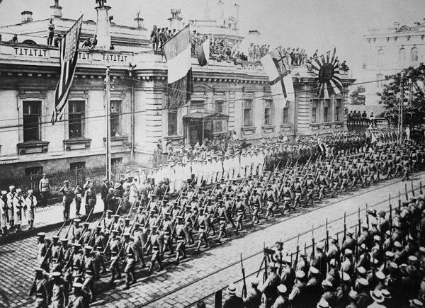 Rewolucja zwyciężyła, ale młode bolszewickie państwo było zbyt słabe, by pokonać inwazję z Zachodu. Na zdjęciu parada we Władywostoku w 1918 roku.