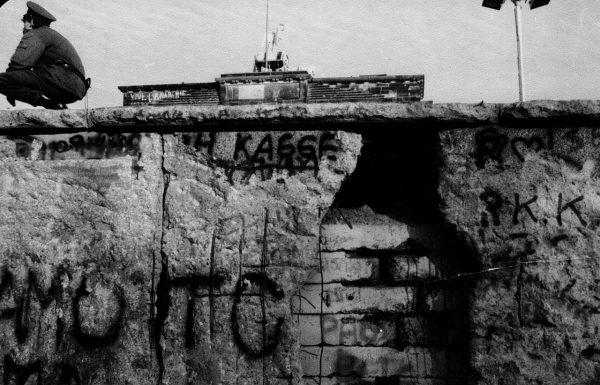 Upadek muru berlińskiego zmniejszył prawdopodobieństwo reakcji siłowej na przemiany w Polsce.