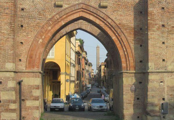 W średniowieczu Bolonia była ważnym ośrodkiem kulturalnym i naukowym. Widok na jedną z bram miasta.
