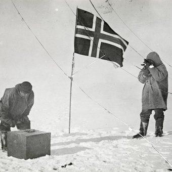 Podróżnicy zatknęli na biegunie norweską flagę.