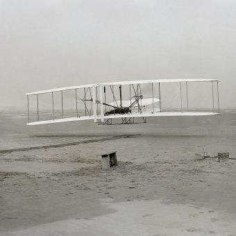 Pierwszy lot Orville'a Wrighta uwiecznił na zdjęciu fotograf John T. Daniels.