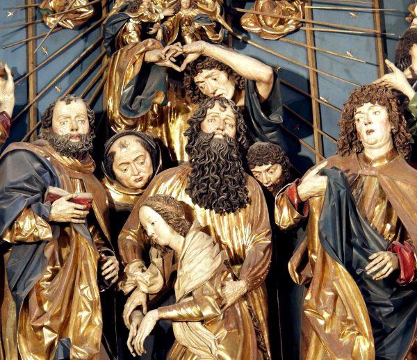Jednym z przykładów wykorzystania motywów maryjnych w sztuce średniowiecznej jest ołtarz Wita Stwosza w Krakowie, gdzie przedstawiono zaśnięcie Maryi.