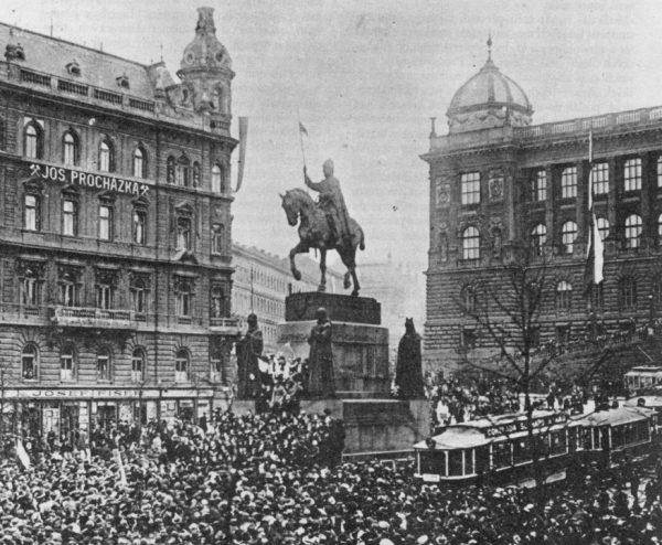 W pracy widoczna jest niechęć do przedwojennej Czechosłowacji. Na zdjęciu Praga w 1918 roku.
