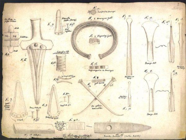 Oprócz szkieletu w grobowcu znaleziono liczne przedmioty świadczące o majętności zmarłego, m.in. złote spinki do płaszcza, a także sztylet, topory i ostrza wykonane z brązu oraz kamienne kowadło i gliniany garnek.