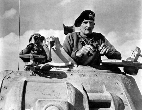 Aby się wyróżnić Montgomery w Afryce zaczął nosić beret czołgisty z dwiema odznakami. Na zdjęciu Montgomery w 1942 roku.