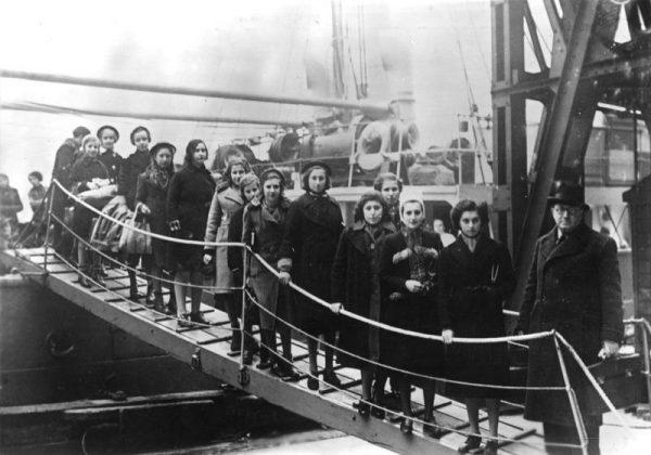 Grupa małych uchodźców w porcie londyńskim w 1939 roku.