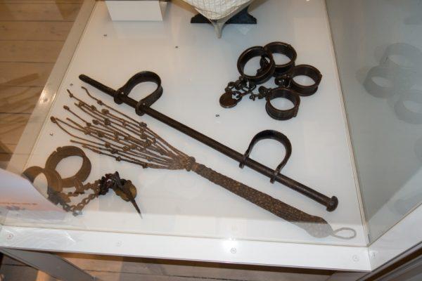Dawne narzędzia służące do karania żeglarzy (fot. Thomas Quine, lic. CC BY 2.0)