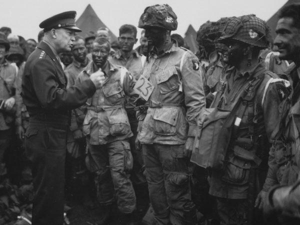 Głównodowodzący alianckich sił w Europie generał Eisenhower również miał dosyć pyszałkowatości Montgomery'ego. Na zdjęciu Eisenhower z amerykańskimi spadochroniarzami w przededniu inwazji na Normandię.