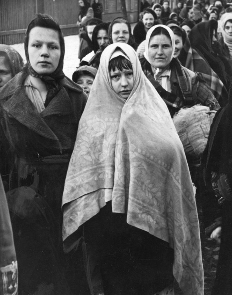 Grupa kobiet przed wyjazdem do Trzeciej Rzeszy na roboty przymusowe. Stylowy wygląd to dla nich rzecz zupełnie trzeciorzędna. Najważniejsze by było im ciepło (fot. domena publiczna)