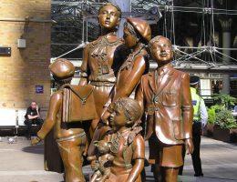 Pomnik dzieci przewiedzionych do Wielkiej Brytanii w ramach operacji Kindertransport autorstwa Franka Meislera przy dworcu Liverpool Street Station w Londynie.