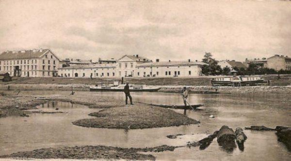 Najwcześniej próby przejęcia okrętów po zaborcach podjęto w Krakowie. Na ilustracji widok na Wisłę i koszary około 1900 roku.
