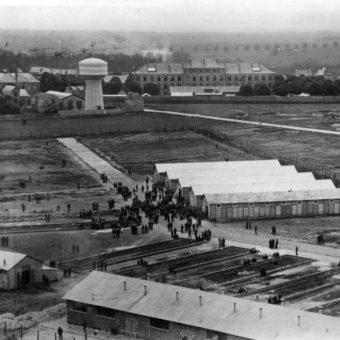 Obóz w Pithiviers, 1941 (fot. Bundesarchiv, Bild 183-S69236, lic. CC-BY-SA 3.0)