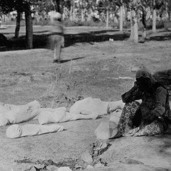 Ormiańska matka siedząca przy zwłokach piątki swoich dzieci, które zginęły w trakcie ludobójstwa (fot. domena publiczna)