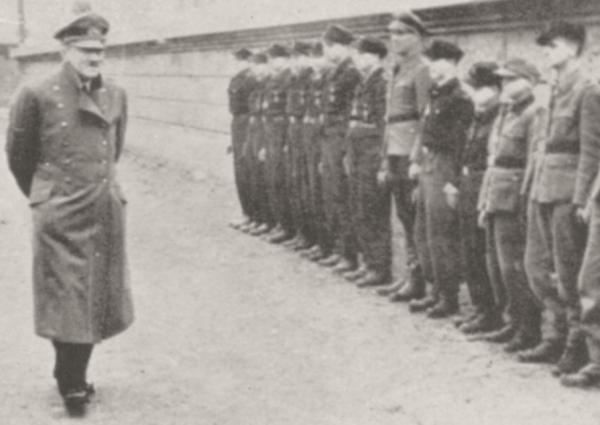 Hitler wizytuje jednostkę HJ, która miała wziąć udział w obronie Berlina.