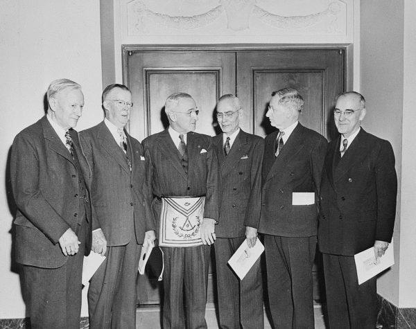Wśród masonów nie brakowało światowych przywódców. Do jednej z lóż należał także prezydent USA Harry Truman (na zdjęciu w stroju masońskim).
