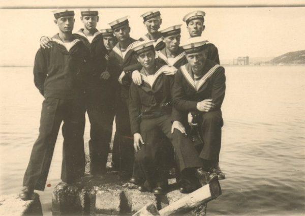 Marynarze początkowo nie mieli nawet własnych mundurów. Brakowało też sienników, a racje żywnościowe były niepełne. Zdjęcie poglądowe.