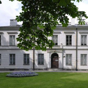 Siedziba Narodowego Instytutu Dziedzictwa w Łazienkach (fot. Wistula, lic. CC BY 3.0)
