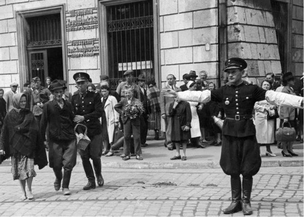 Tłumek przewalający się przez okolice krakowskiego Rynku w 1941 roku (fot. domena publiczna)