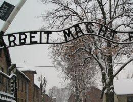 Wejście do obozu Auschwitz (fot. domena publiczna)