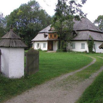 Zabudowania dworskie w Łopusznej (fot. M. Klag, lic. CC BY-SA 2.0)