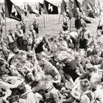 Członkowie Hitlerjugend na obozie letnim.