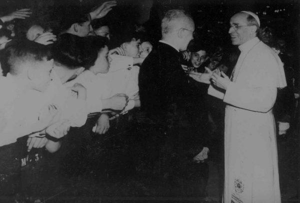 Wbrew otaczającej papieża Piusa XII złej prasie Kościół podejmował starania, by pomóc Żydom. Na zdjęciu papież wita pielgrzymów.