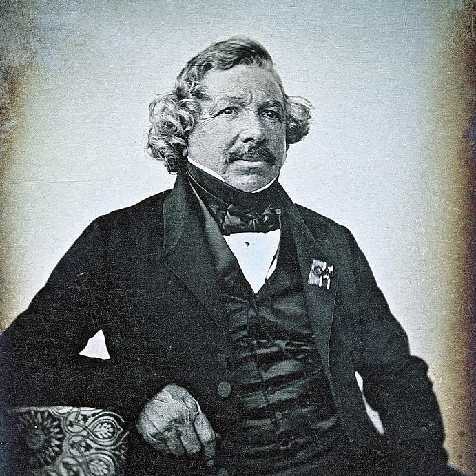 Daguerre uznawany jest za ojca fotografii.