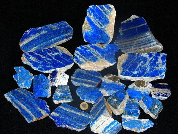 Produkowana z lazurytu (na zjd.) ultramaryna była w średniowieczu równie cennym pigmentem, co złoto czy srebro.