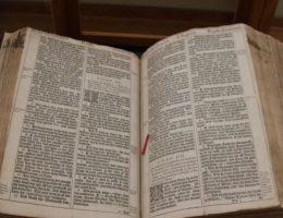 Dla czarnoskórych niewolników Brytyjczycy przygotowali okrojoną wersję Pisma Świętego (na zdj. Biblia króla Jakuba z 1611 roku).