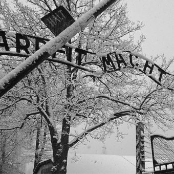 Brama wejściowa do obozu Auschwitz (fot. Andrea Tosatto, lic. CC BY 2.0)