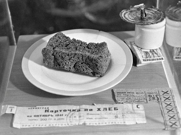 Głodujący mieszkańcy Leningradu starali się dzielić swoje nędzne przydziały żywności.