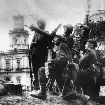 Warszawy broniły stosunkowo niewielkie siły. Tym cenniejsza była pomoc ludności cywilnej.