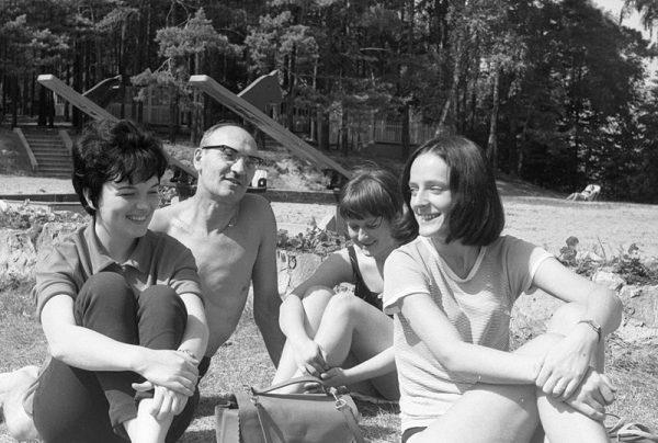 Po II wojnie światowej coraz więcej kobiet podejmowało studia. Pragnęły też realizować swoje ambicje w wybranym zawodzie. Na zdjęciu dr S. Błaszczyk ze swoimi studentkami podczas badań terenowych.