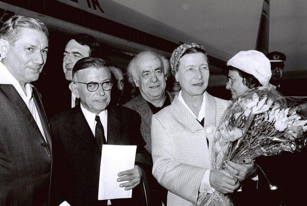 Bohaterami książki są między innymi Jean-Paul Sartre i Simone de Beauvoir.