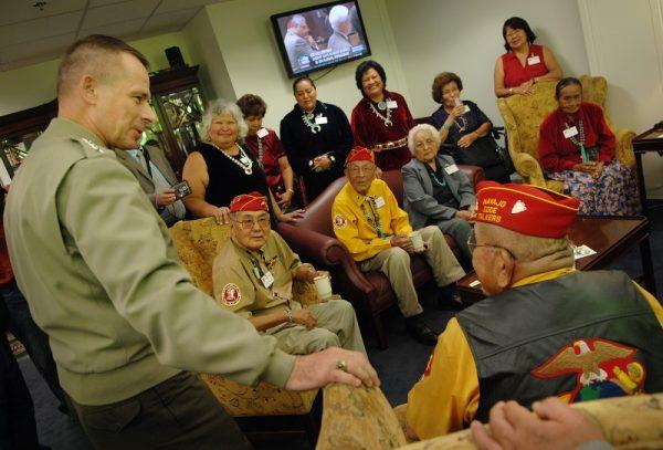 Generał Peter Pace spotyka się w Pentagonie z nawajskimi szyfrantami z czasów II wojny światowej i ich rodzinami w 2007 roku (fot. domena publiczna)