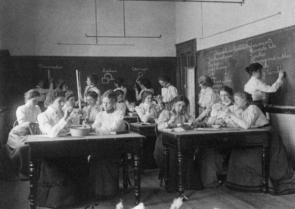 Kobietom długo zabraniano wstępu na uniwersytety, a jeśli już dopuszczano je do pracy naukowej, to tylko jako asystentki.