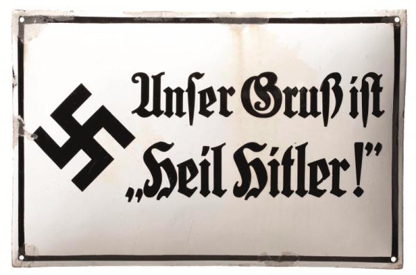 """O obowiązku """"robienia Hitlerka"""" przypominały Niemcom tabliczki, takie jak ta."""
