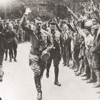 Sam Hitler sporadycznie używał nazistowskiego pozdrowienia.