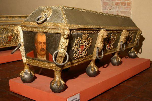 """Portrety trumienne umieszczano tak, by zmarły mógł """"towarzyszyć"""" żałobnikom. Na zdjęciu trumna Jana Karola Opalińskiego."""