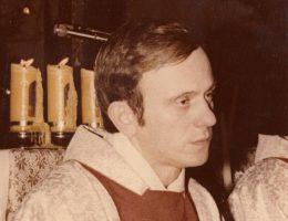 Jerzy Popiełuszko (fot. oryginał: Andrzej Iwański, praca pochodna: TharonXX, lic. CC BY-SA 3.0)