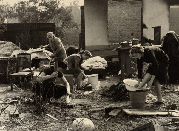 Ludność Warszawy nie poddawała się. Na zdjęciu rodzina, która straciła dach nad głową, przy codziennych obowiązkach.